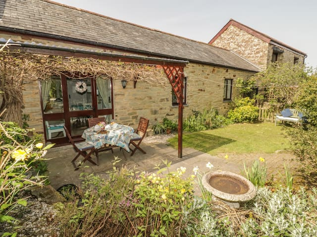 WAGTAIL COTTAGE, family friendly in East Taphouse, Ref 915191