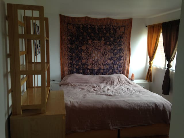 Private room with King-size bed in Ste-Foy