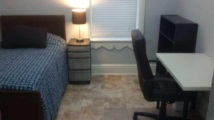 Clean, Comfortable & Close to Queen's! (Blue Room) - Kingston