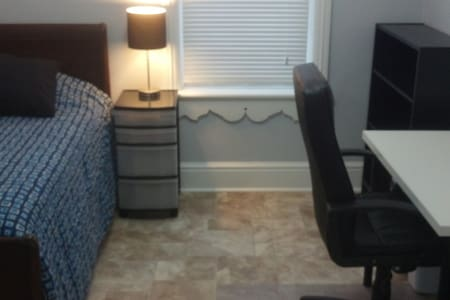 Clean, Comfortable & Close to Queen's! (Blue Room) - Kingston - Casa
