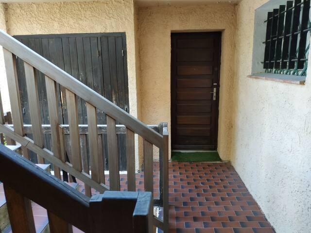 La porte d'entrée et le placard extérieur à gauche