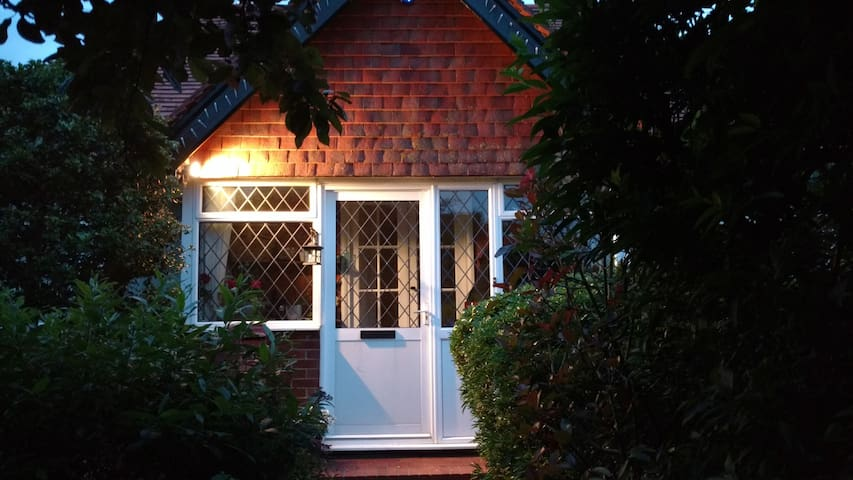 Seaford: Small double room/breakfast. 1930 cottage - Seaford - Bungalow