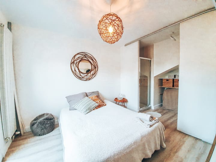 Bedroom with private bathroom near sea & airport