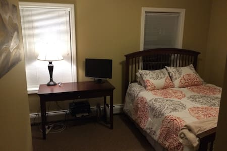 Private Bedroom 2 mi from Dartmouth