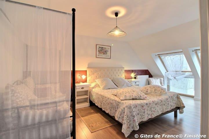 """Chambre """"après la pluie"""" pour 2 personnes. Possibilité couchage enfant (supplément). 1er étage"""
