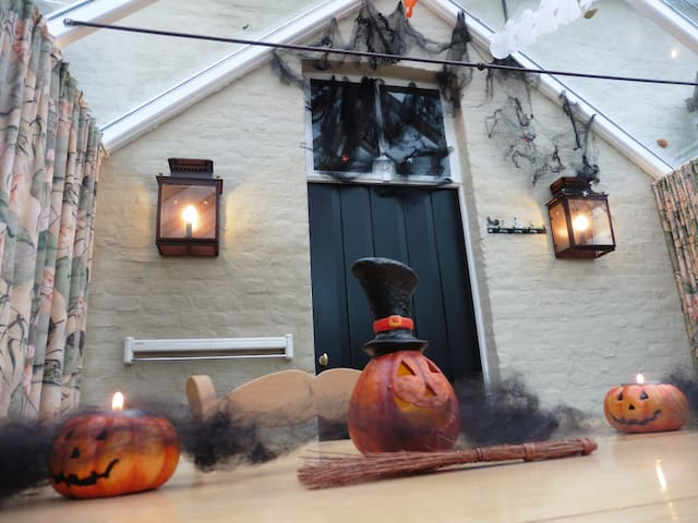 De ontbijtruimte in Halloween decor