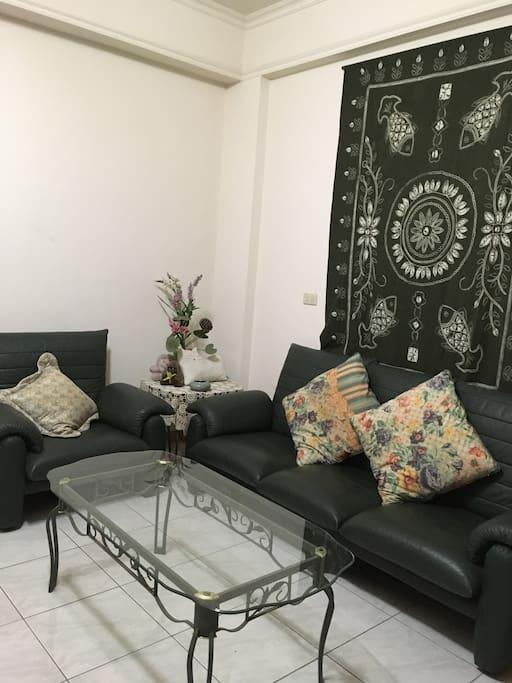 房間內的沙發空間可供整理行李