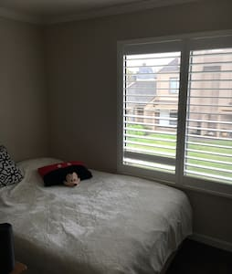 Cozy bedroom in condo quiet area - Stockton