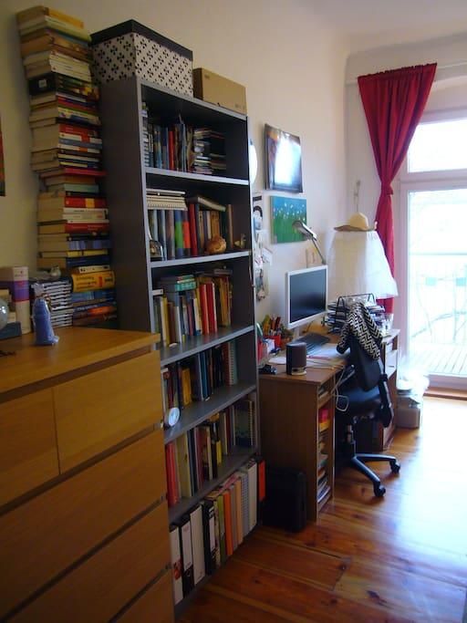 Kleine Bücherauswahl und Arbeitsplatz