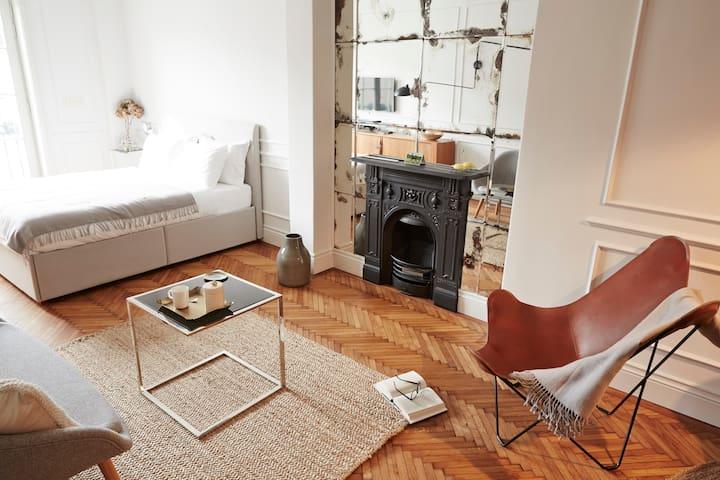 Designer studio flat w. balcony