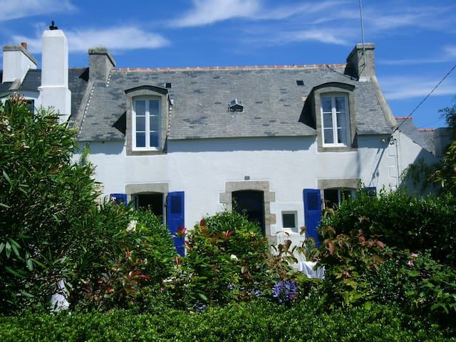 nice cottage, heart of village, harbour, beaches.