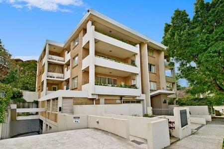 Spacious and Sunny Two Bedroom Oasis in Bondi! - Bondi Beach - Apartmen