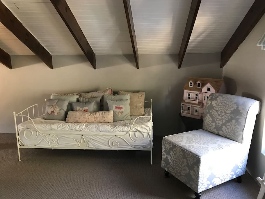 Extra single bed / sofa in upstairs loft