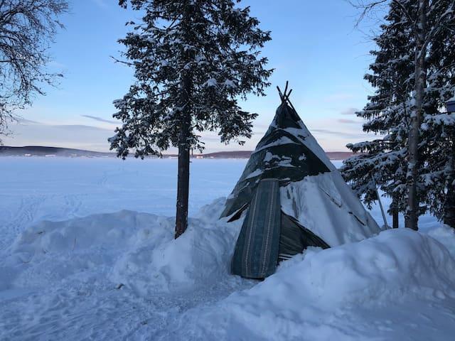 Northern-lights traditional sámi lávvu (tipi)