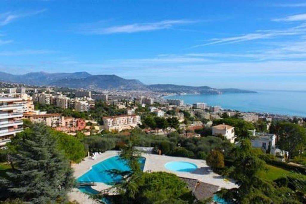 Poollandschaft mit Blick auf Nizza