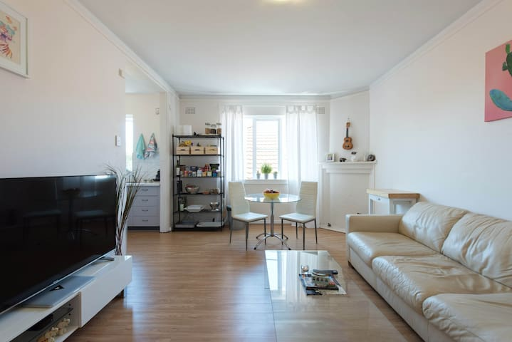 Bright & Spacious 1 Bedroom BONDI BEACH Apartment! - Bondi Beach - Lägenhet