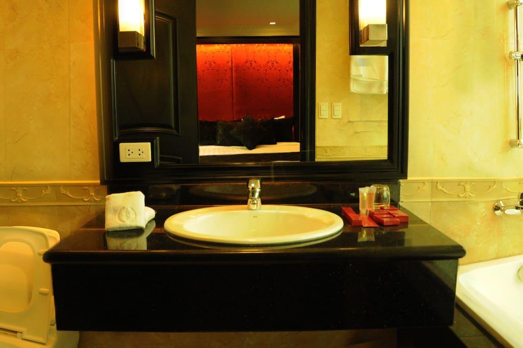Private Bathroom (2-Bedroom Deluxe East Balcony)