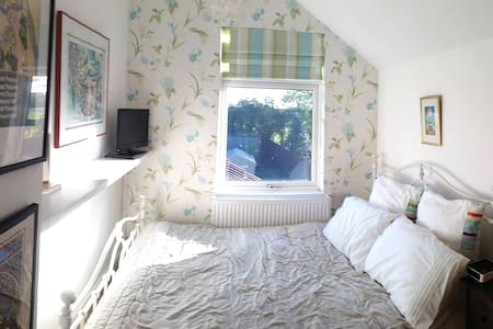 Lovely Little Comfy Double Room - House