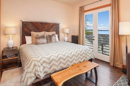 Modern Luxury Suites  - Whidbey Room - Views!