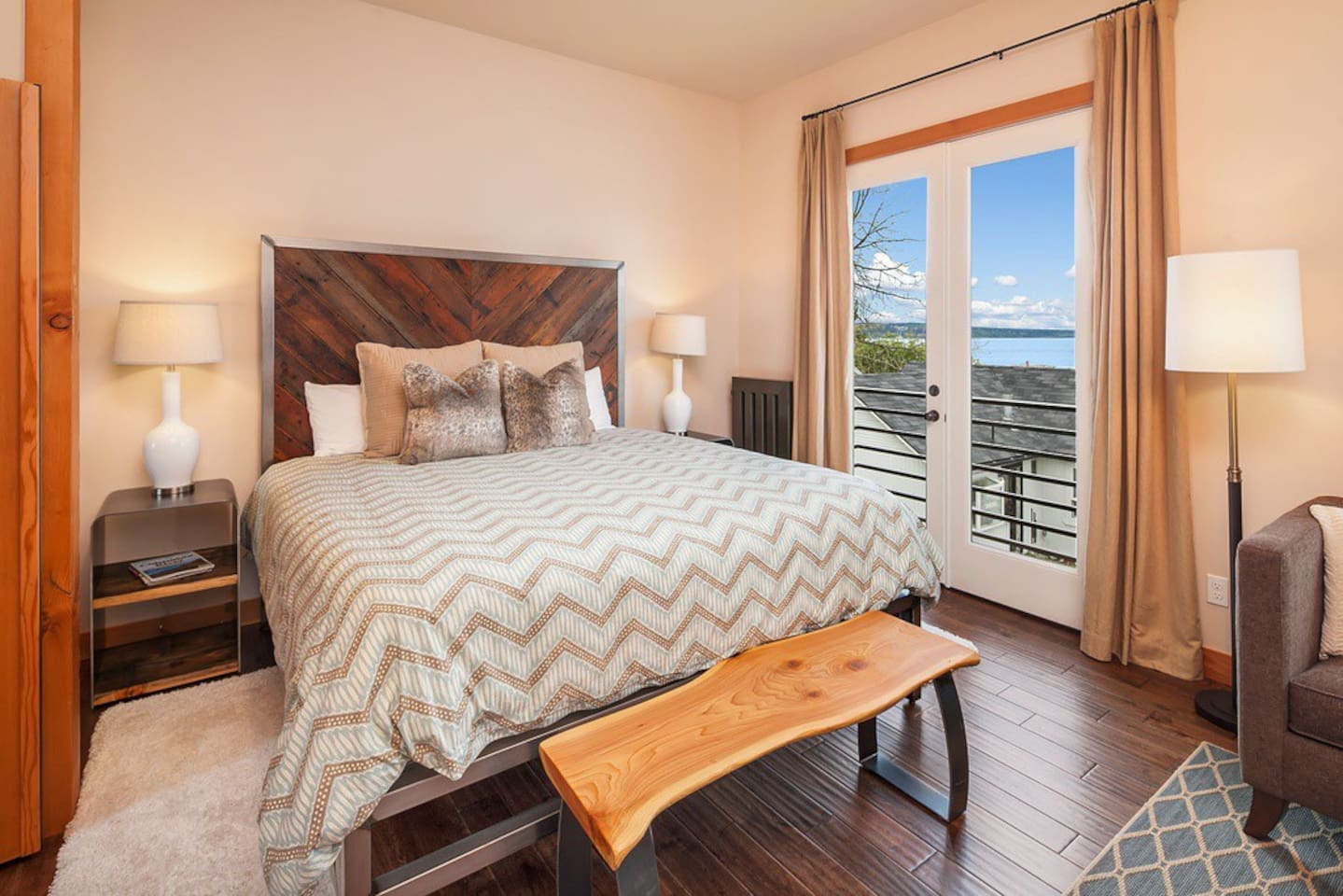 Whidbey room, Comfy King Bed, Views!  Hand crafted furniture.  New, Modern, Luxury.  Better than any Hotel!