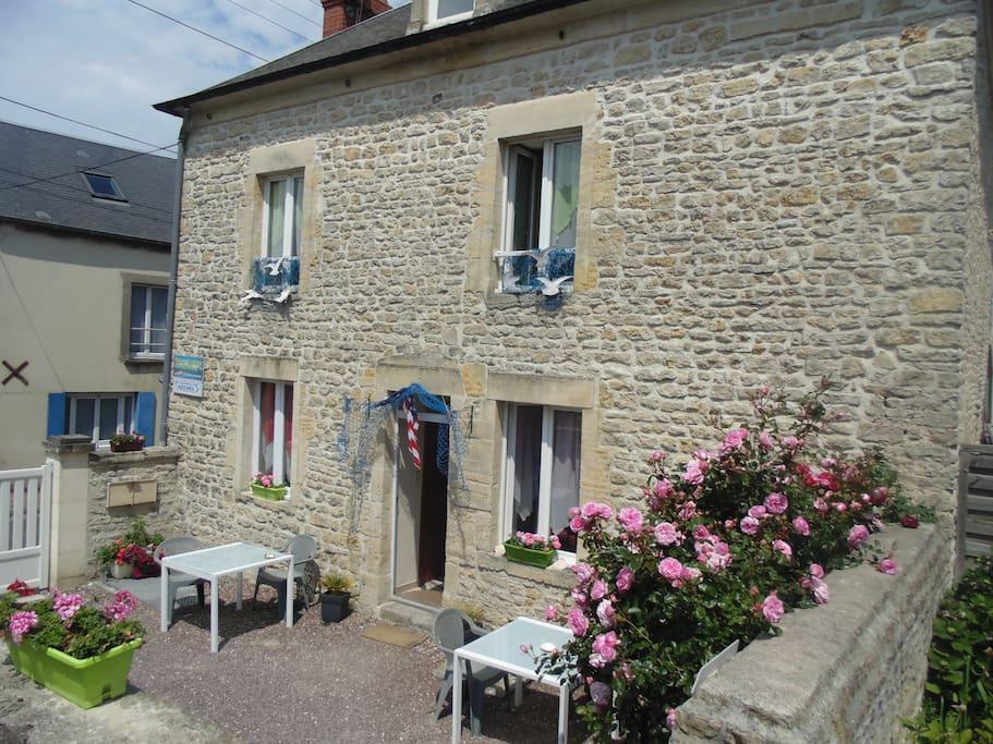 Gite dans maison en pierre appartements louer port en bessin huppain b - Maison pierre normandie ...