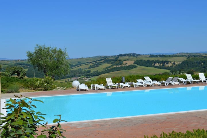 Asciano apartment in the village of Asciano with 2 pools in the hills of Siena