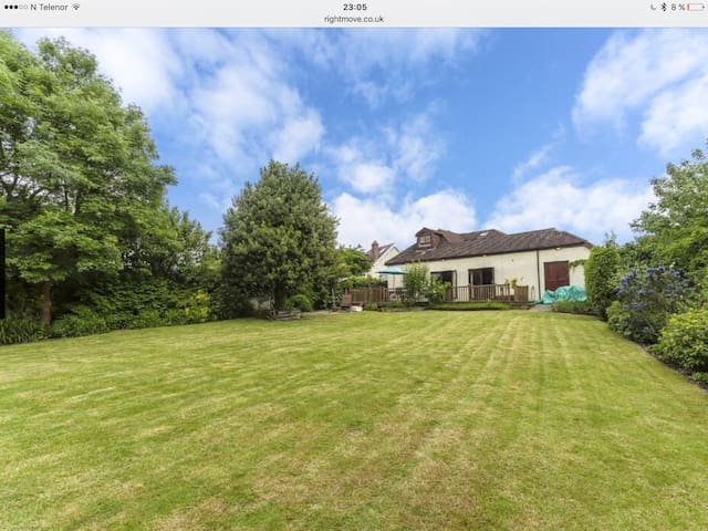 Spacious house with stunning garden - Epsom - Casa