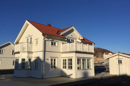 Nybyggt exklusivt hus i Hamburgsund med båtplats - Tanum V