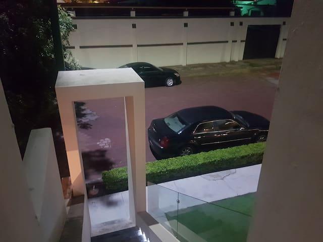 Amplia área de estacionamiento