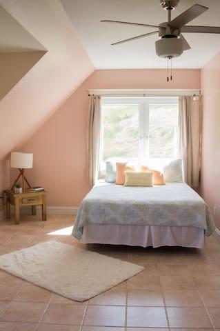 Bedroom 2: queen