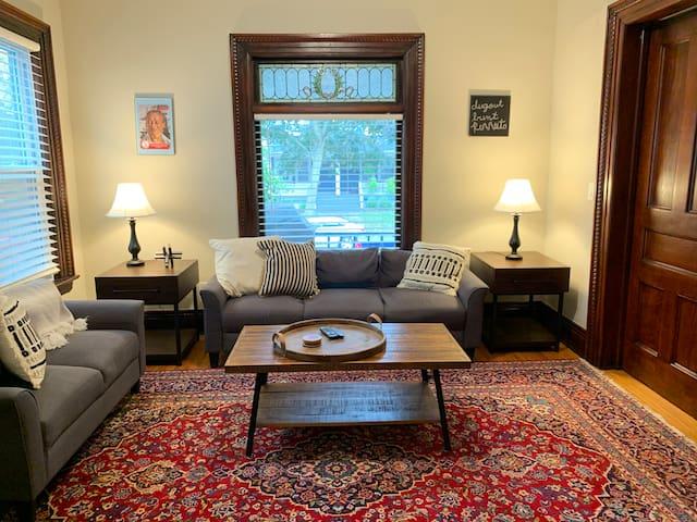 Cozy, large 1BR apartment off Monroe Ave-parking!