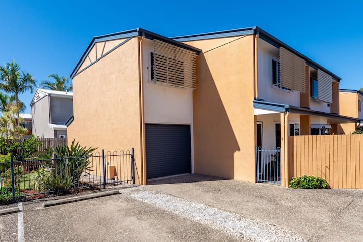 Spacious Townhouse close to Bellara Shops and Waterfront.
