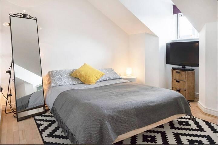 Spacious en Suite DBL Bedroom in Loft Apartment