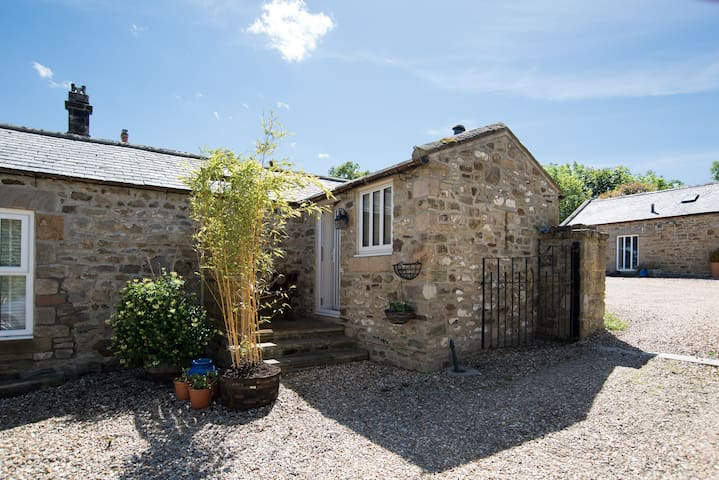 Courtyard, ideal for couples, near Riding Mill