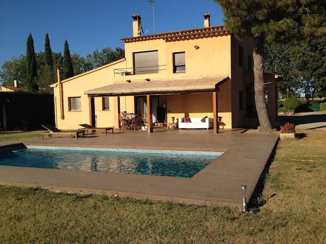 Apt. in a quiet area with private pool.Peratallada