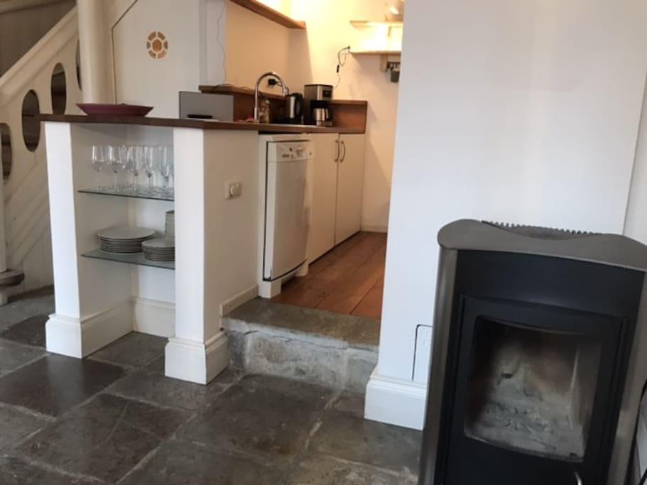 Wohnküche mit Ofen und Fußbodenheizung