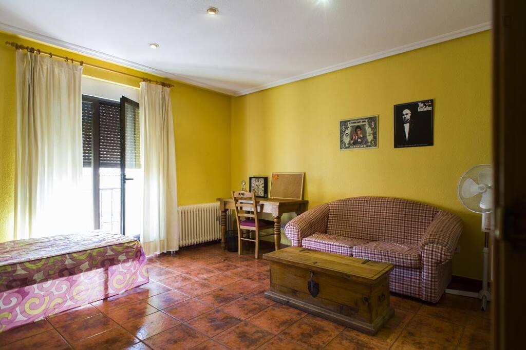 habitación con 1 o 2 camas y sofa