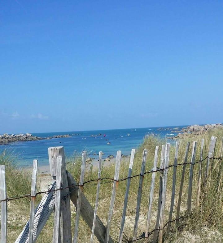 La maison des roches bretonnes, vue mer.