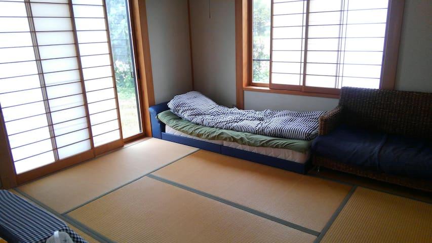通常はこんな部屋です。 一人で利用される時は、この状態です。希望あれば、ベッドが布団になります。
