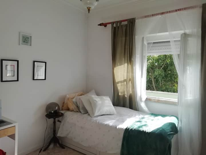 Cozy apartment/rooms between lisbon & beach by car