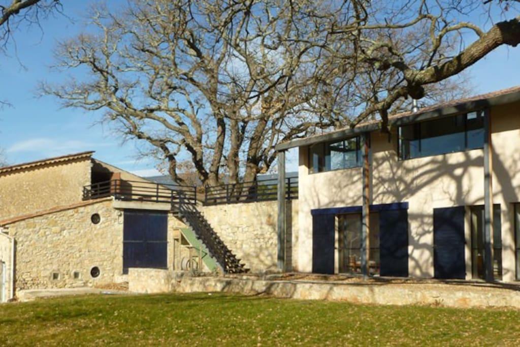 Villa avec piscine dans un vignoble de provence maisons for Villa a louer en provence avec piscine