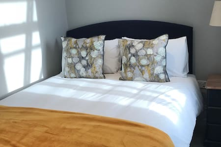 Tiny room 5ft king bed (Quail Bedrm)- GingerPeanut