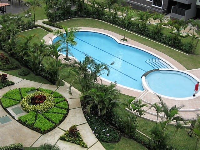 Beautiful Condo Pool View Route 27 great location - San Rafael - Appartement