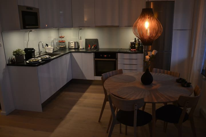 Modern quiet two bed room apt with sunny balcony - Stockholm - Lägenhet