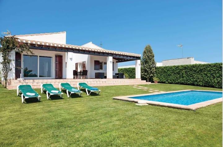 Villa en zona de Binibeca y vistas al mar.