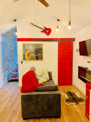 The HENDRIX tiny house - 8 MINS TO AIRPORT!!!
