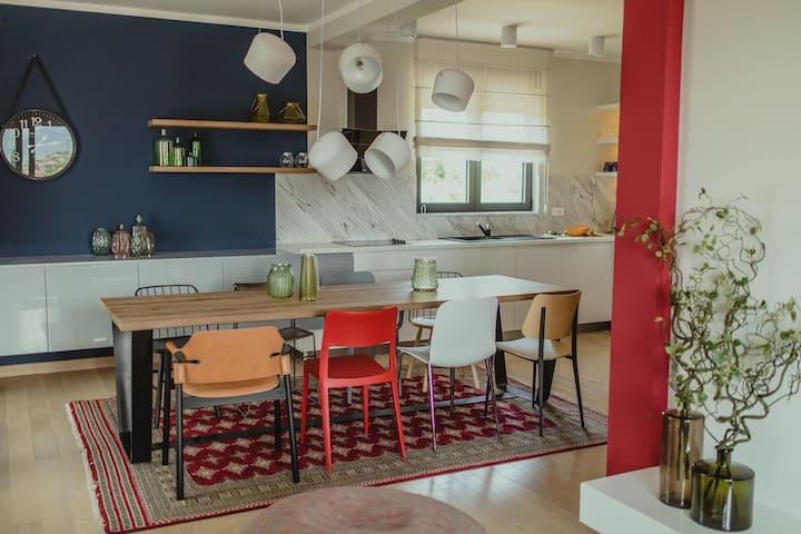 Designer 2 bedroom flat, perfect location!