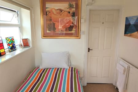 Single Room, Centre is 5 minutes walk, Breakfast