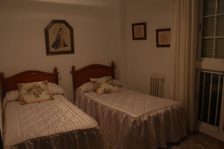 Habitación doble c/baño, TU HOGAR EN GRANADA