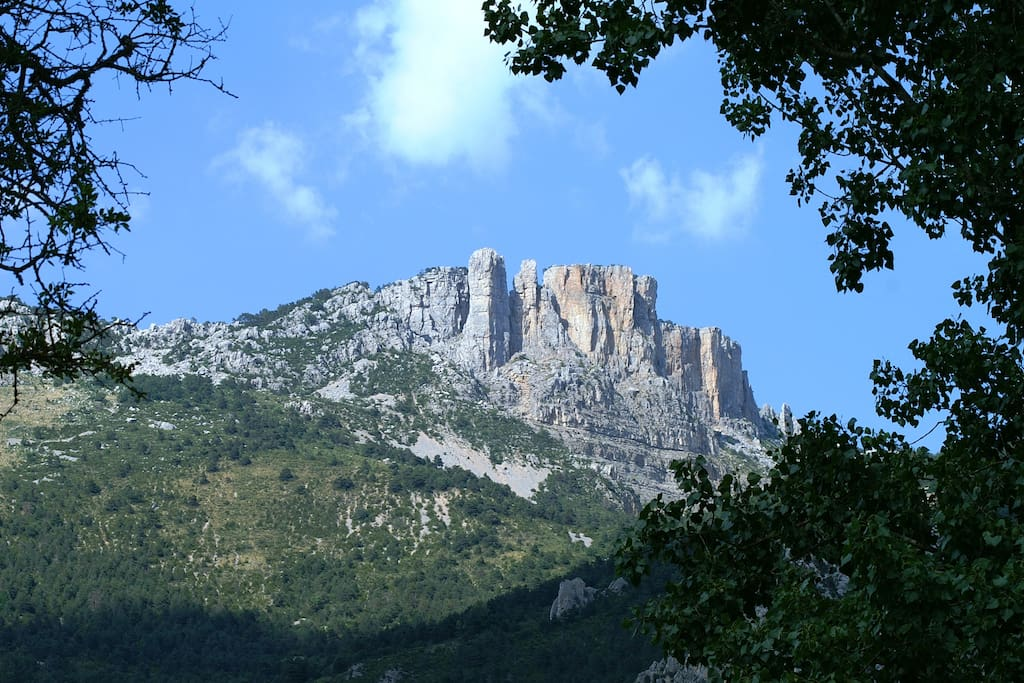 Vue de la terrasse du chalet sur les rochers des Calières de Brandis